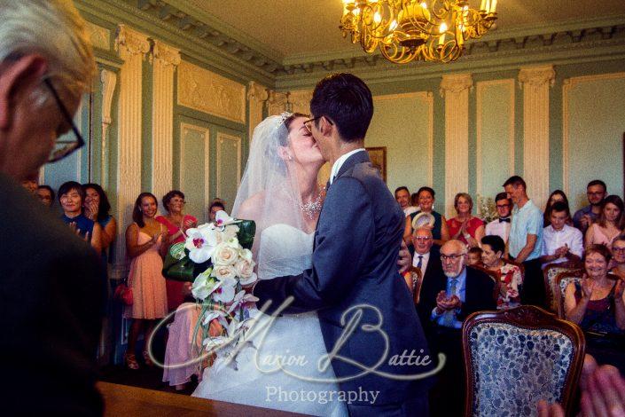 reportage mariage, mariage, mairie, cérémonie civile, entrée des mariés, marié, mariée, famille, témoins, signatures, baiser, sortie de la mairie, Pont-du-Chateau, Puy de-Dôme