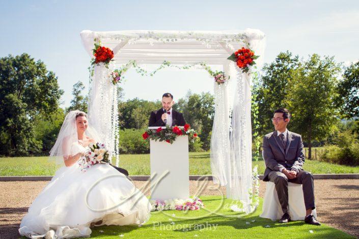 détails, cérémonie laïque, mariage, reportage de mariage, mariés, mariée, marié, arrivée du marié, arrivée de la mariée, discours, amis, famille, plein air, nature, exterieur, cérémonie extérieure, Poont-du-Chateau, Ravel, Puy-de-Dôme